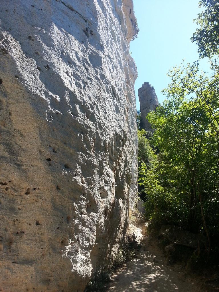 Vápencové skály v oblasti Monte Cucco
