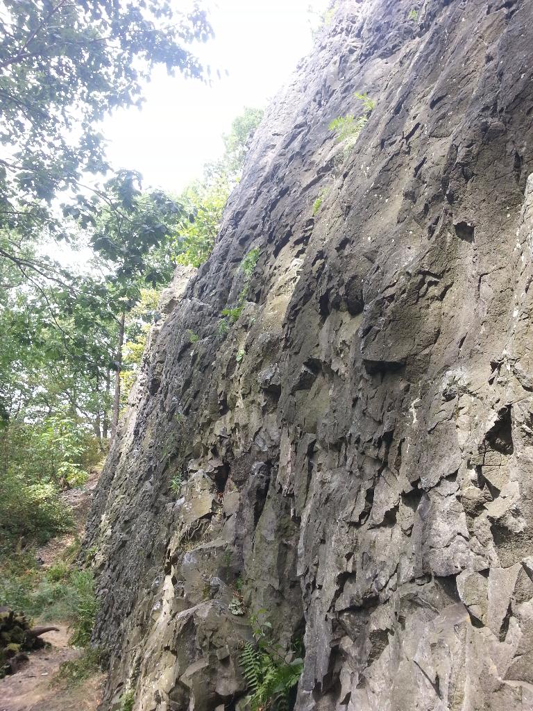 Spodní struktura skalního masivu Čima v Brné