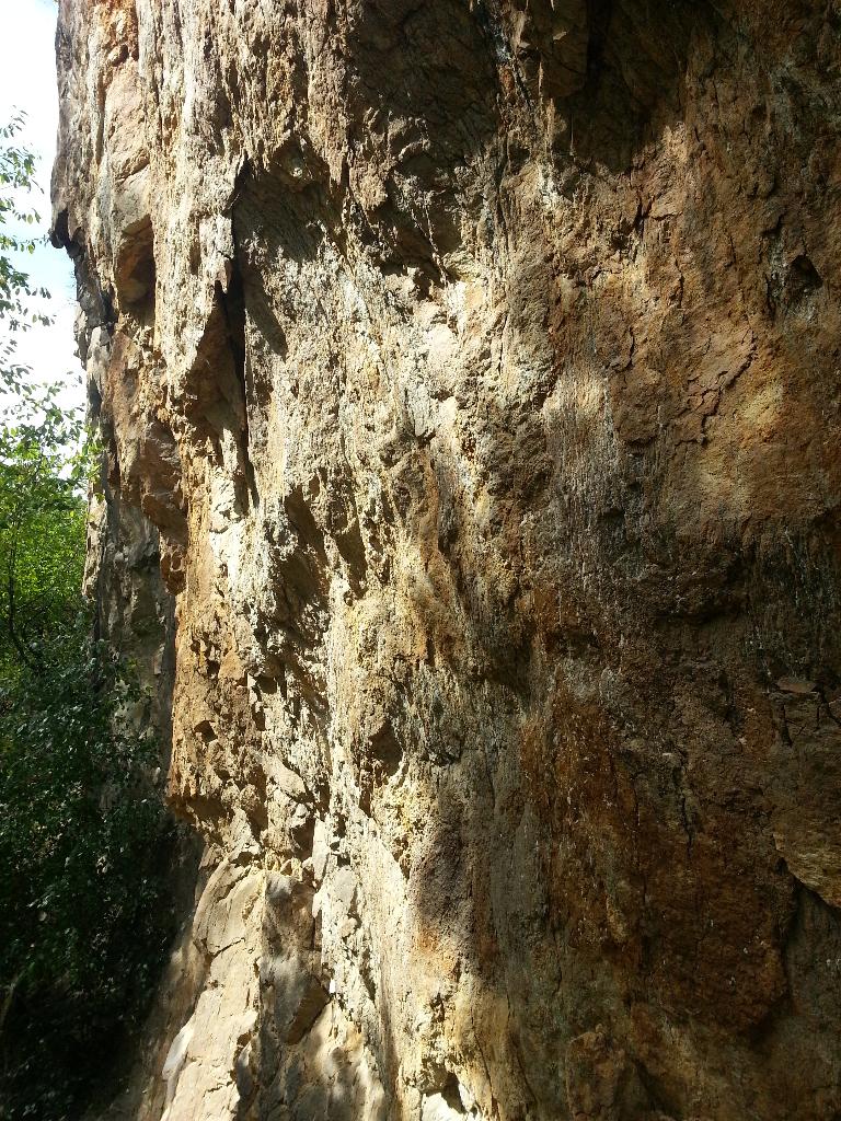 Rozlámaná stěna skály lomu Porta Bohemica