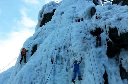 Ledová stěna Vír s ledolezci