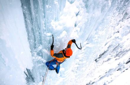 Ledolezec na ledové stěně