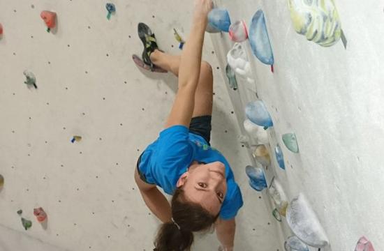 Horolezkyně leze na boulderu