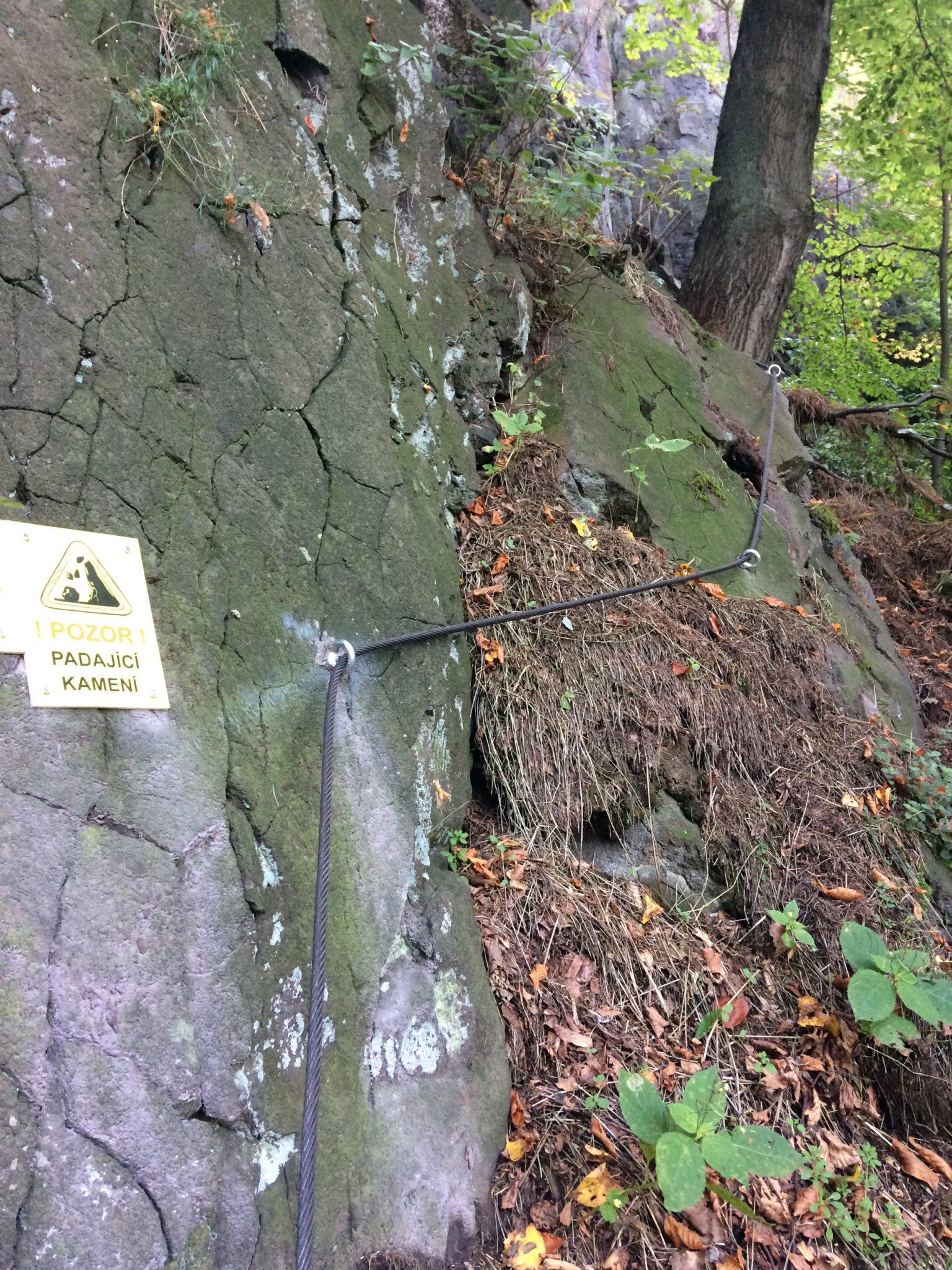 Začátek via ferraty Lužická spojka mezi stromy, pohled na skálu s fixním jištěním