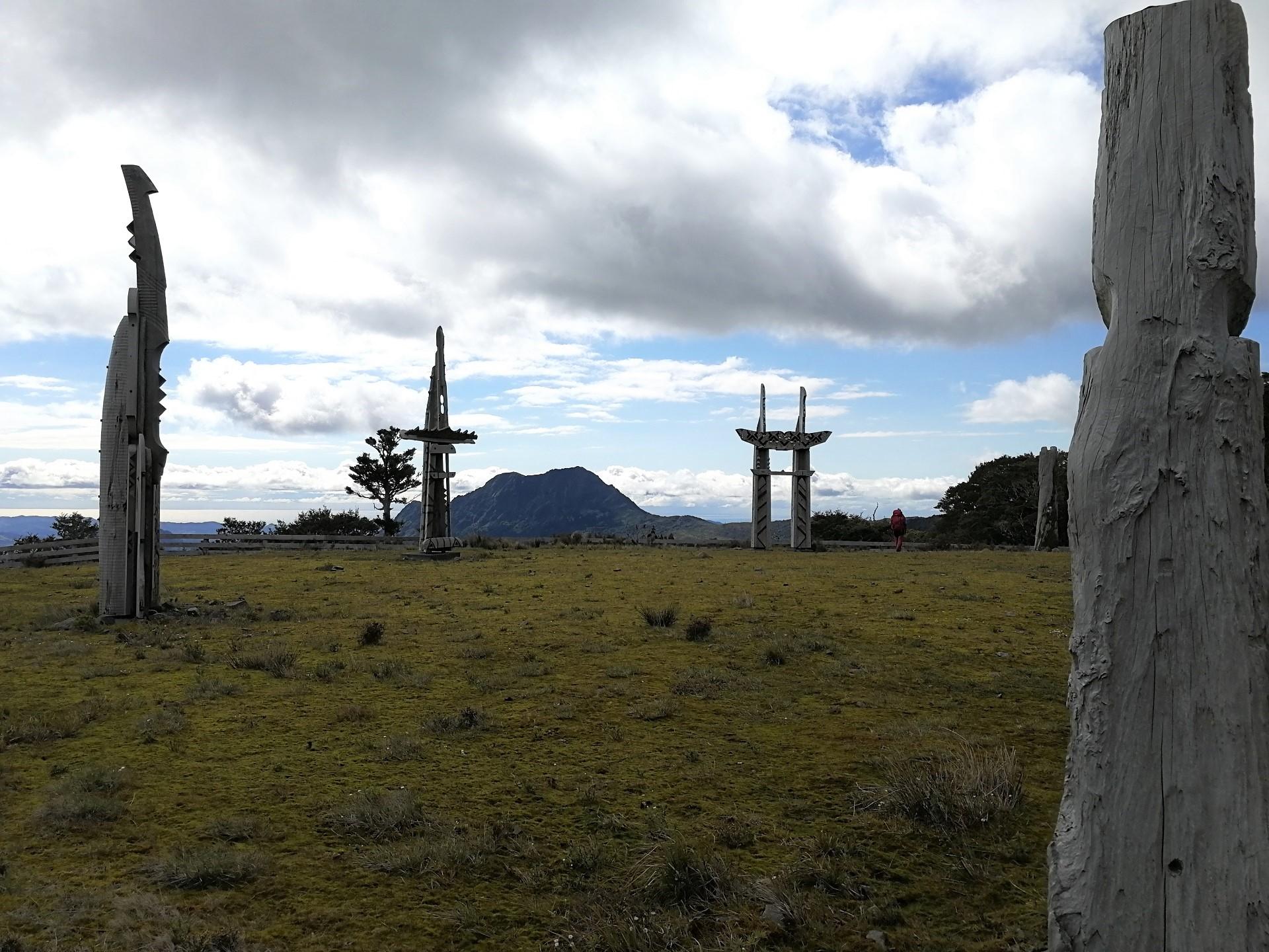 Obřadiště s maorskými totemy v hlavní branou v pozadí
