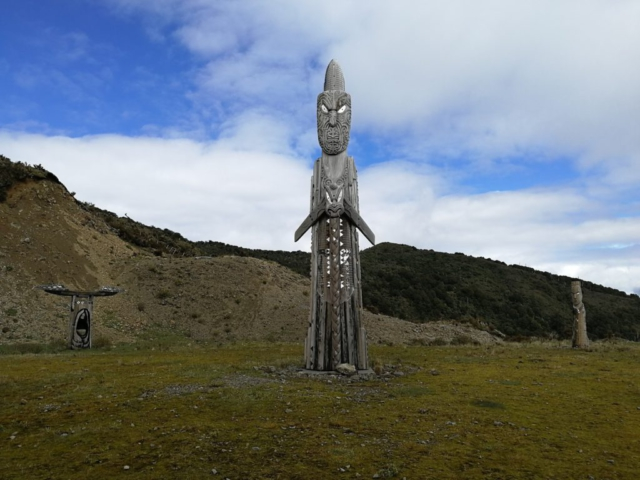 Maorský totem pod horou Hikurangi