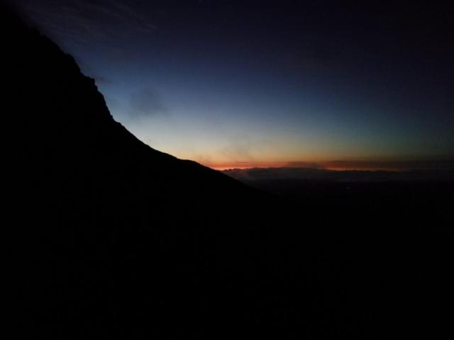Hora Hikurangi a první světlo barví obzor na oranžovo