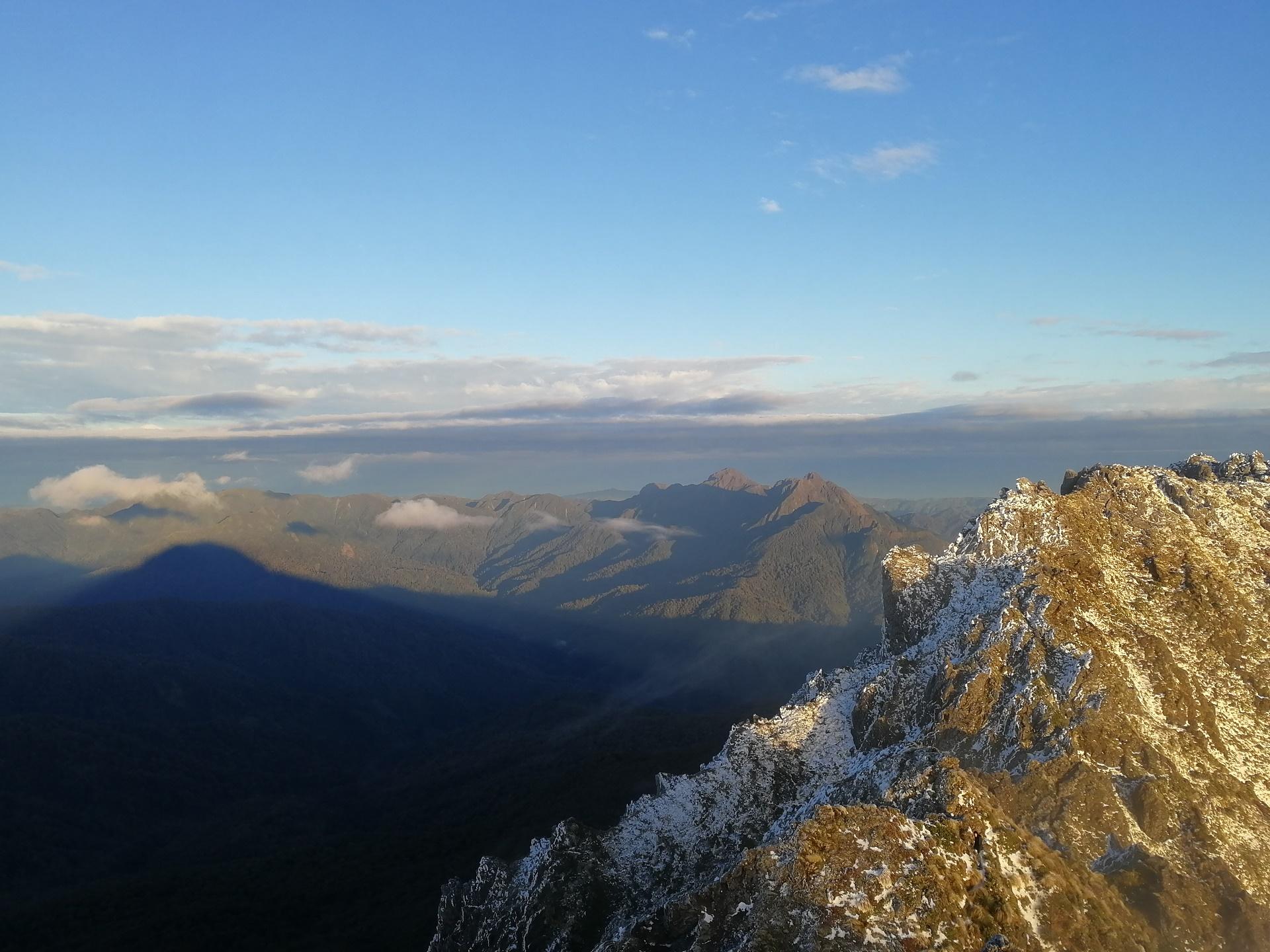 Pohled do údolí na okolní pohoří z vrcohulu posvátné hory Hikurangi