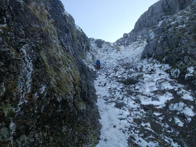 Sestup zasněženým žlabem z hory Hikurangi