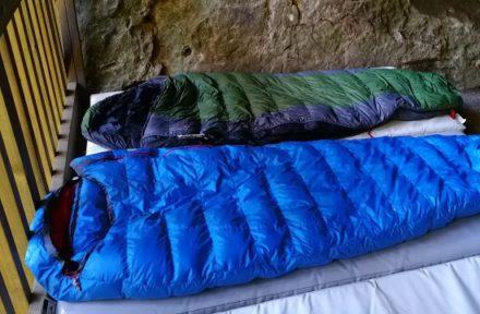 Třísezónní péřové spacáky Warmpeace a Sir Joseph ve skalním bivaku