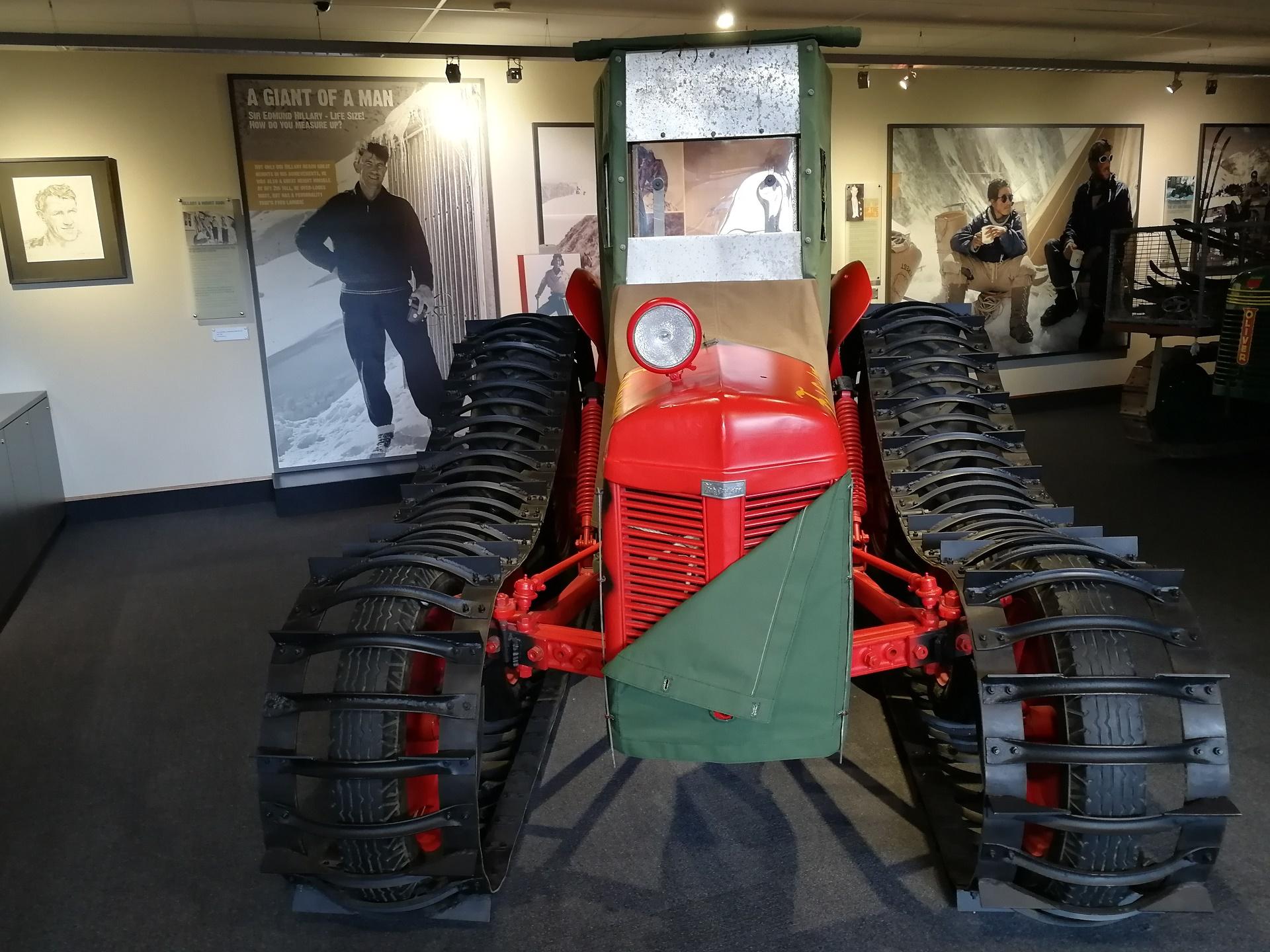 Traktor Ferguson Edmunfa Hillaryho v galerii v hotelu Hermitage