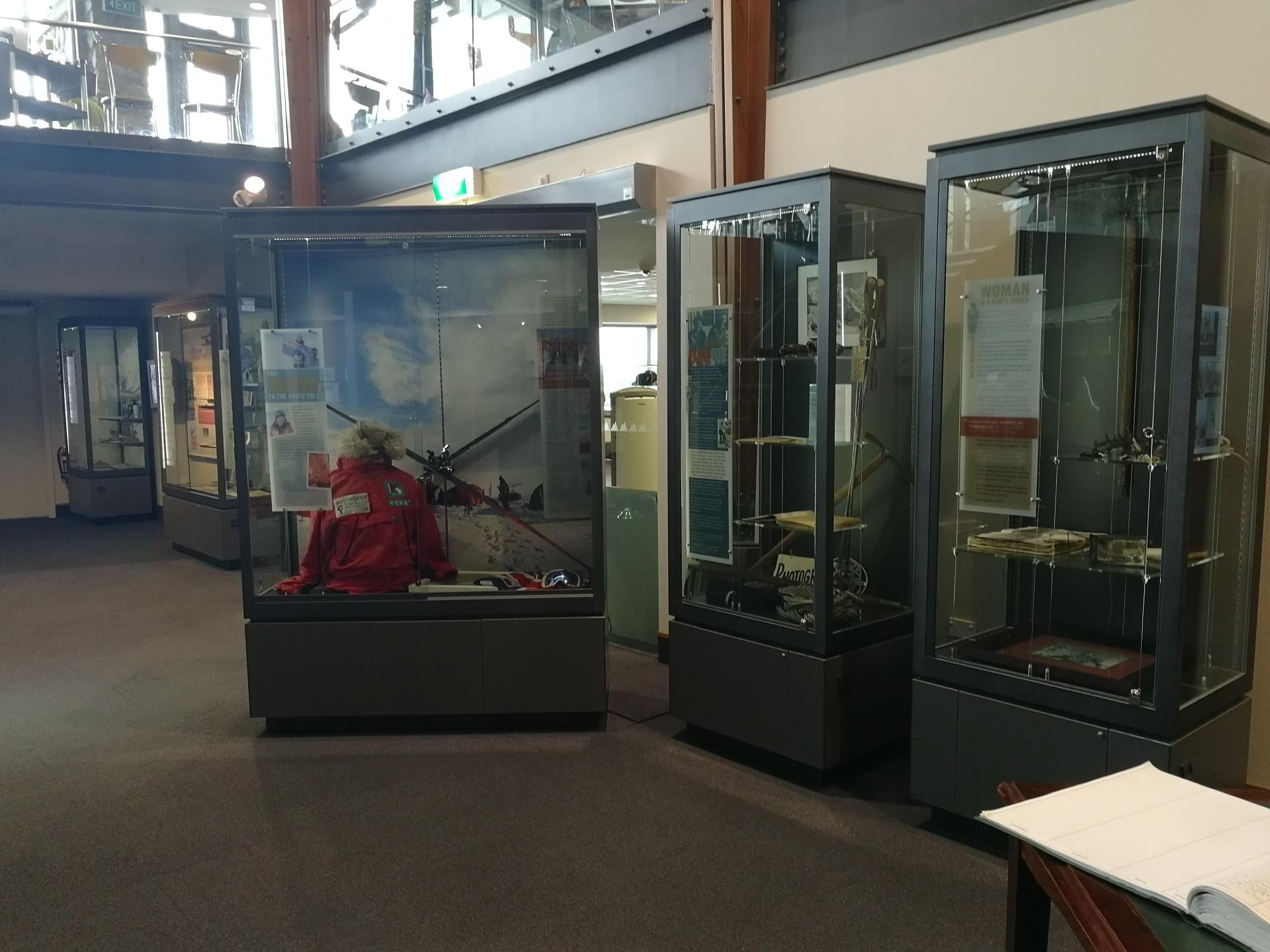Výstavní expozice muzea Edmunda Hillaryho s horolezeckým vybavením a oblečením