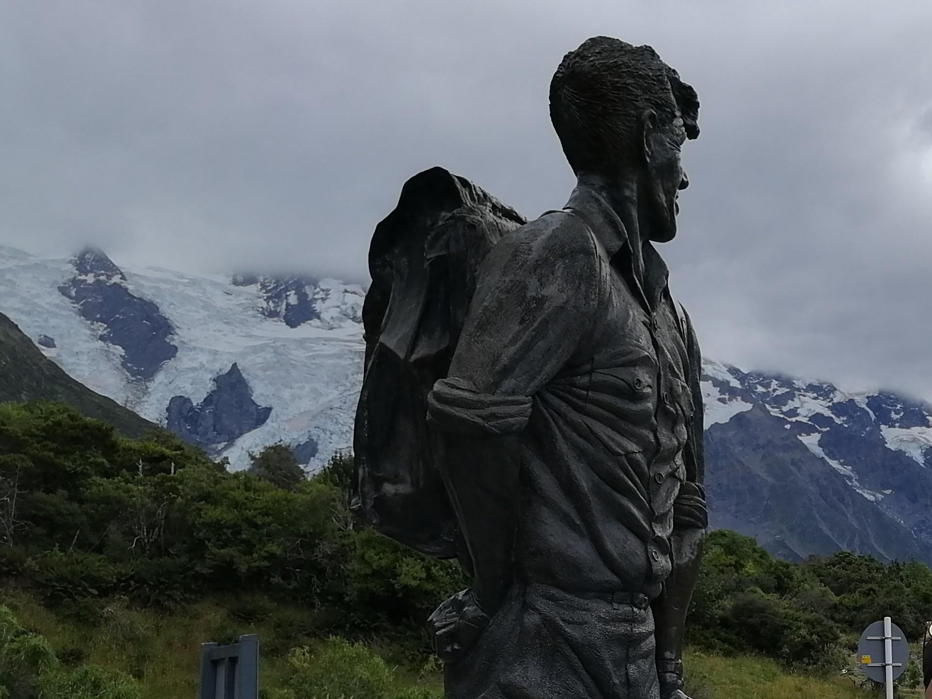 Bronzová socha Edmunda Hillaryho pod úpatím novozélandských Alp