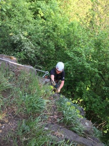 Konec via ferratové cesty Vinařská s pohledem na lezkyni s ferratovým setem a přilbou