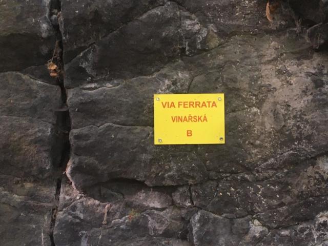 Popisný štítek via ferraty Vinařská s informací o obtížnosti cesty