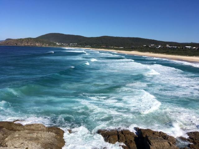 Pohled ze skalního masivu na oceán a na Elisabeth Beach