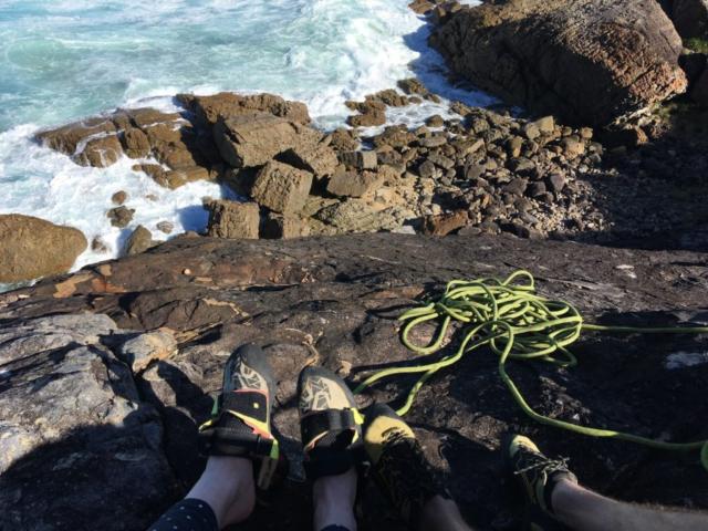 Vrchol masivu v Austrálii, lezečky a lano na masivu