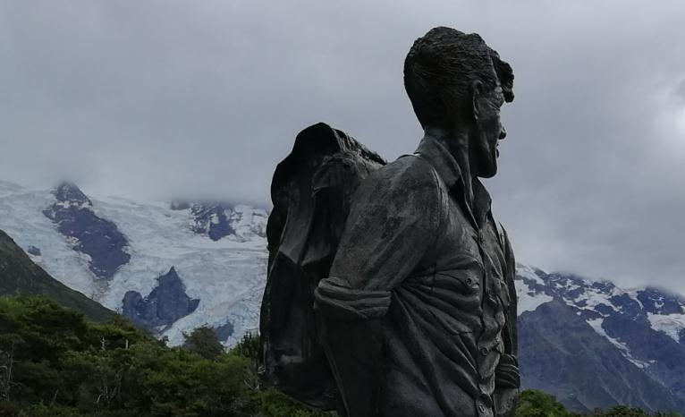Socha Sira Edmunda Hillaryho hledícího na Mount Cook, v pozadí v mlze Mount Sefton