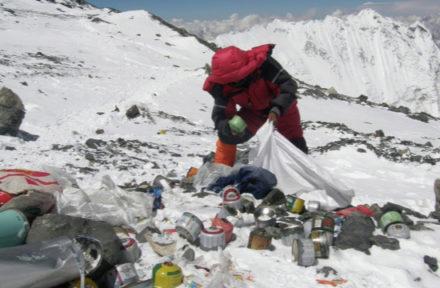 Horolezec uklízí plynové bomby v základním kempu Mount Everestu