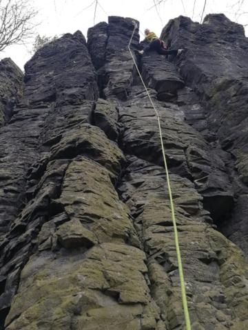 Čedičové sloupy s lezcem na skalním útvaru Kreutzberg