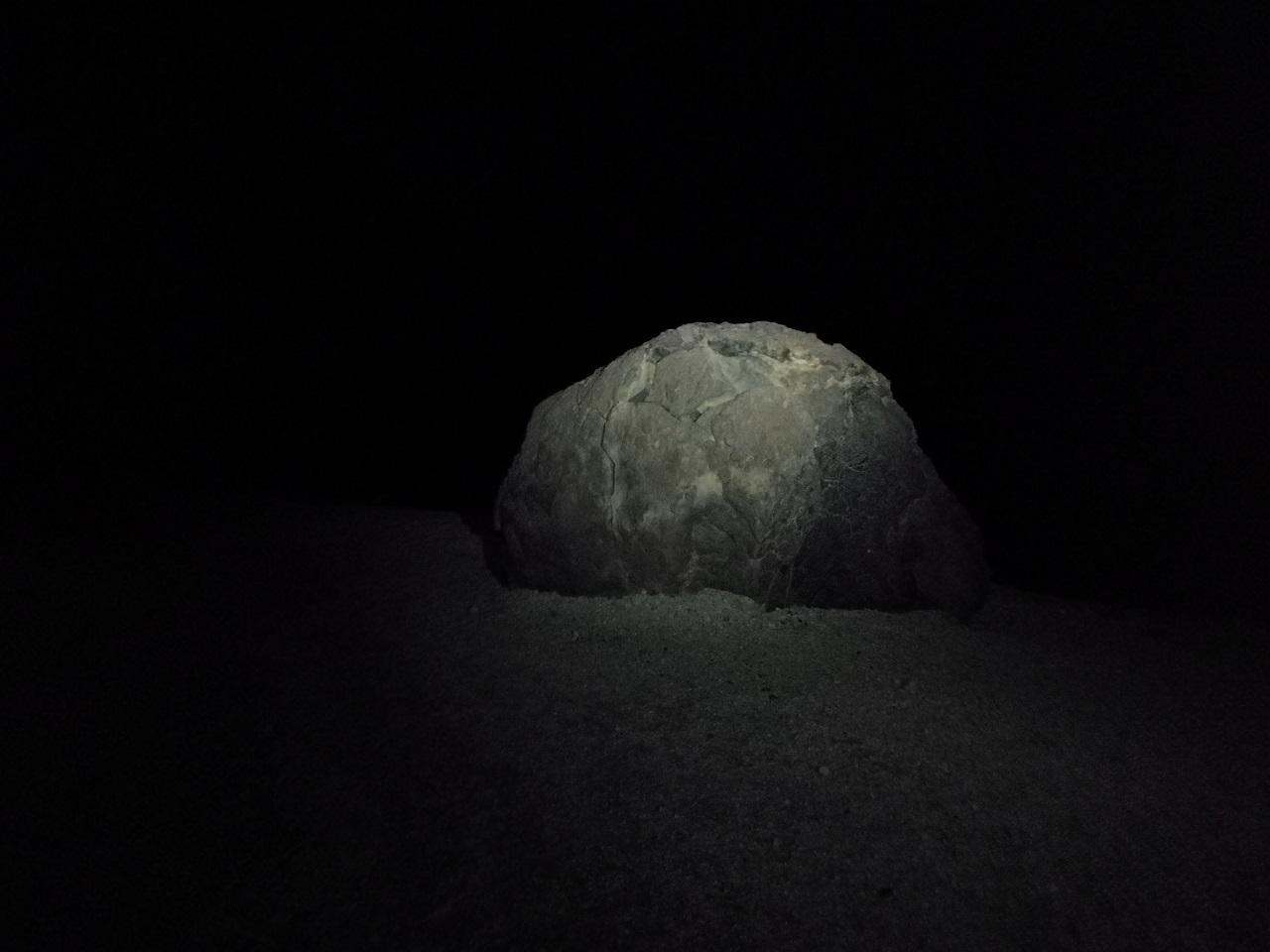 Sopečný balvan na úpatí Teide, foceno v noci, kdy je osvícen čelovkou