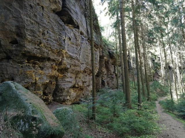 Skalní masiv při sestupu ze stolové hory Kleinhennersdorfer Stein