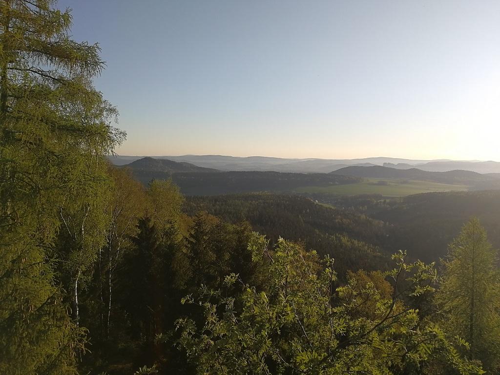 Pohled na lesy a stolové hory při východu slunce z Katzstein