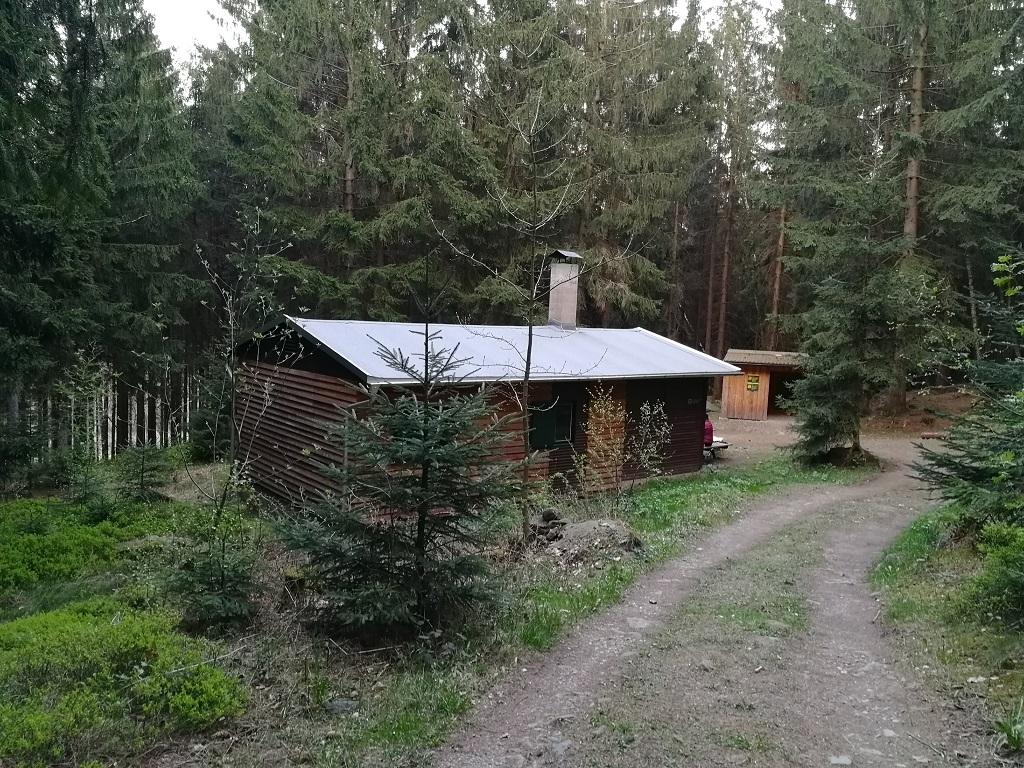 Rotsteinhutte na lesním treku Forststeig v lese