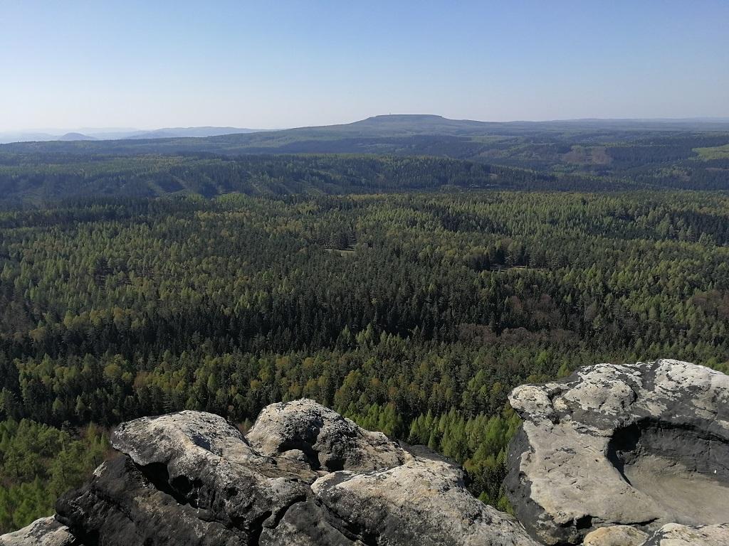 Pohled ze stolové hory Großer Zschirnstein na Děčínský Sněžník a lesy kolem