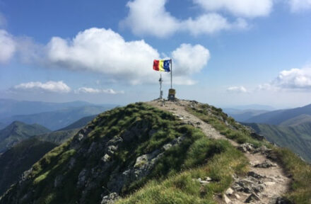 Vrchol nejvyšší hory Rumunska Moldoveanu s rumunskou vlajkou