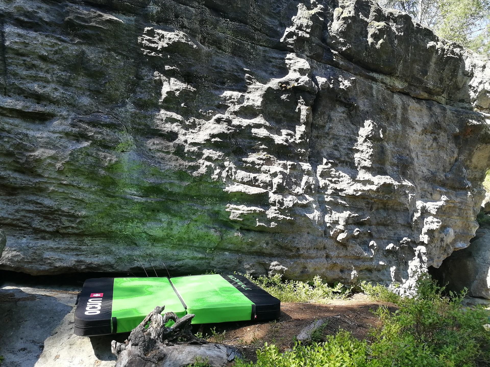 Bouldermatka Ocun moonwalk pod pískovcovým boulderem na Děčínském Sněžníku