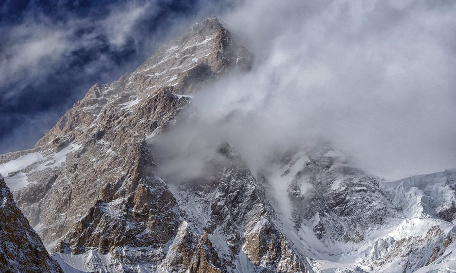 Vrchol osmitisícovky K2 v mracích